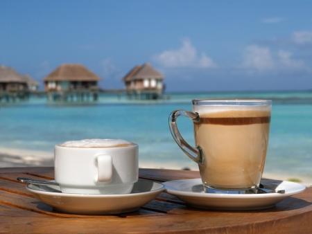 Caf� latte sur la plage en journ�e ensoleill�e