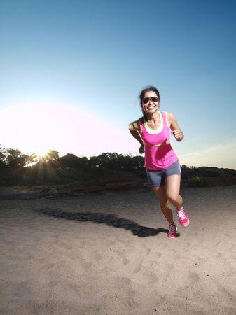 岩だらけの道を走っている女性
