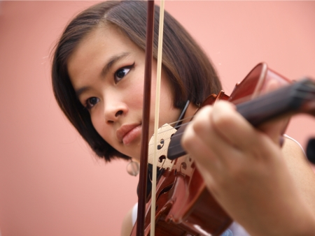 niño modelo: Una muchacha asiática que toca el violín