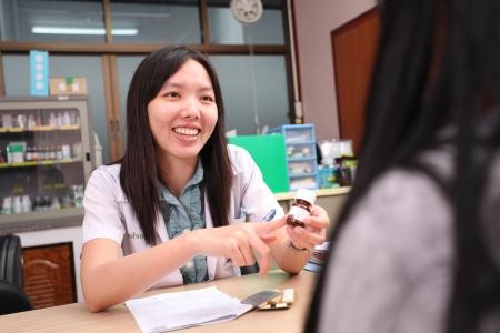 Ubon Ratchathani, Tha�lande - 21 ao�t 2013: le conseil de votre pharmacien non identifi�s et d'informer son patient dans le d�partement de pharmacie le 21 ao�t 2013, � l'h�pital Sappasitparsong Ubon Ratchathani, Tha�lande.
