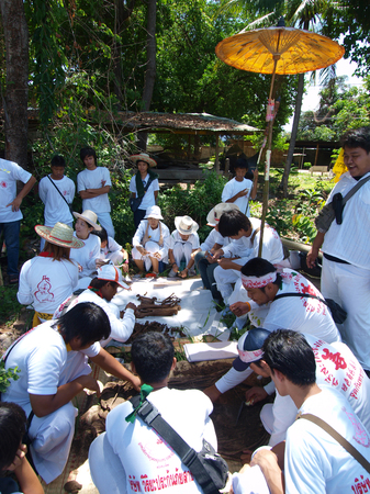 death head holding: UBON RATCHATHANI, THAILAND – APR 19, 2009 : Unidentified people collect part of unidentified corpse for grave clearing activity on Apr 19, 2009 in Ubon Ratchathani, Thailand