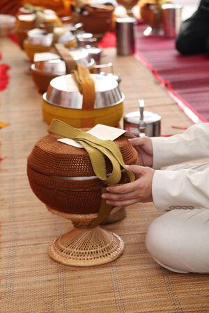 limosna: Ofrecimiento de las manos cuenco de las limosnas de monje Foto de archivo