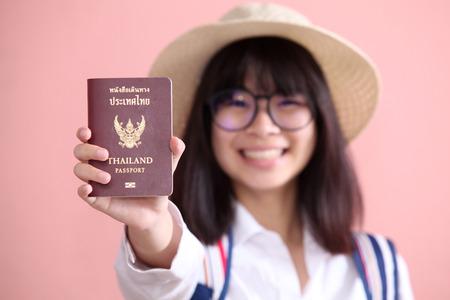 pasaporte: Muchacha asiática que sostiene el pasaporte para viajar