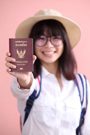 passeport: Fille asiatique tenant passeport pour voyager Banque d'images