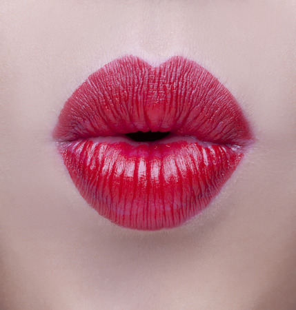 bacio: Sexy Lips. Bellezza Red Lip Makeup dettaglio. Bello primo piano Make-up. Sensuale Bocca aperta. rossetto o Lipgloss. Bacio. Beauty modello della donna del primo piano