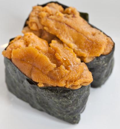 pilluelo: huevos de erizo de mar sushi Foto de archivo