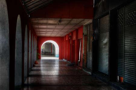 disused: Puntos de venta en desuso a lo largo de un pasillo oscuro Foto de archivo