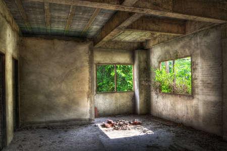 disused: Habitaci�n vac�a en una casa con cubiertas en desuso jard�n