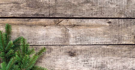 Christmas background, old wood texture, festive corner decorate. Pine fir leaf, twigs. Xmas, New Year wallpaper, greeting card, top view flat lay. 免版税图像