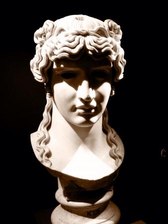 이탈리아 로마의 한 박물관에있는 고대 로마 그림의 흉상. 스톡 콘텐츠