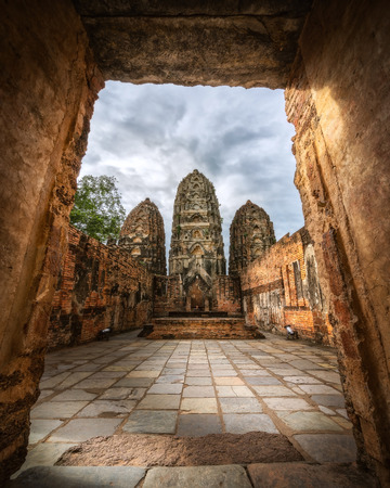 Wat Sri Sawai, Sukhothai Historical Park. The sanctuary surrounded by a laterite wall is set in attractive park consists of three large Khmer style prangs and two viharns. Imagens