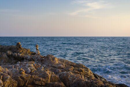 Landscape photography of rocky hill near the sea. Banco de Imagens