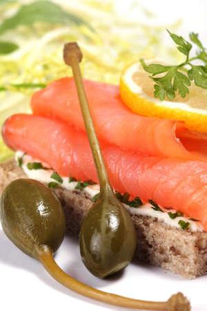 alcaparras: S�ndwich de salm�n ahumado con ensalada verde, hierbas arom�ticas frescas y alcaparras