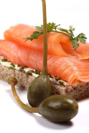 c�pres: Sandwich au saumon fum� avec des herbes aromatiques fra�ches et aux c�pres