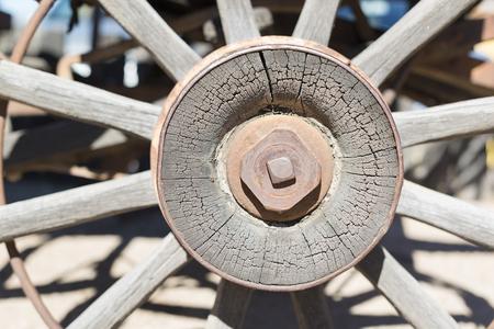 carreta madera: detalle de la rueda de carro americano de madera vieja