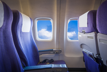 Vue du ciel et les nuages ??avec la lumière du soleil à partir de la fenêtre de l'avion, des sièges vides.