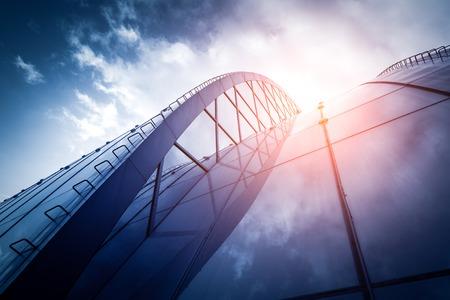 Bright vooruitzichten voor het bedrijfsleven. Modern kantoorgebouw met zonnige mooie hemel. Stockfoto - 60764851