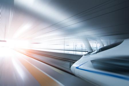 Super gestroomlijnde hogesnelheidstrein station tunnel met motion lichteffect achtergrond realistische posterdruk vector illustratie