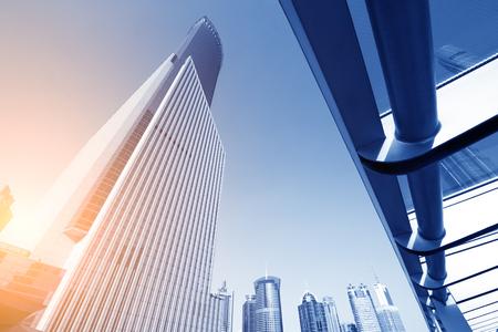 Rascacielos en el centro financiero de Shangai mundo en el grupo de lujiazui Foto de archivo - 68578696
