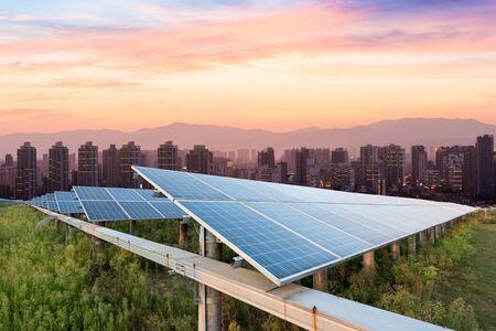 zonnepanelen met de zonnige hemel. Blauwe zonnepanelen. achtergrond van fotovoltaïsche modules voor hernieuwbare energie.