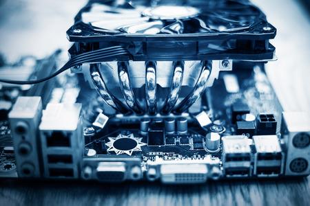 Dissipatore di calore del dispositivo di raffreddamento del CPU di alluminio isolato su bianco