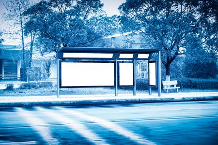 Billboard, banner, leeg, wit bij een bushalte