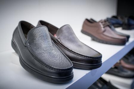 흰 배경에 고립 된 가죽 신발