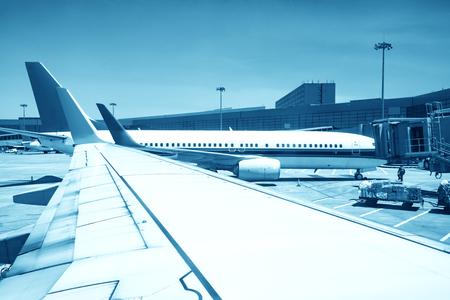 avion près du terminal dans un aéroport au coucher du soleil