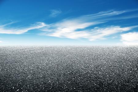 빈 아스팔트 바닥과 아름다운 하늘
