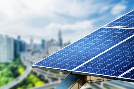 도시 배경 태양 전지 패널, 상하이, 중국입니다.