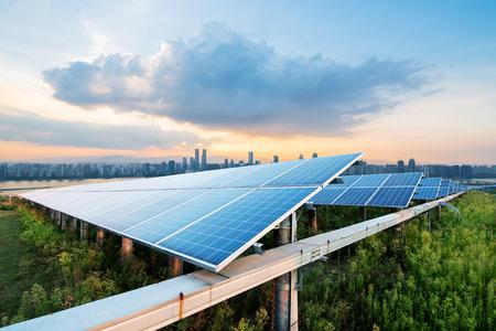zonnepanelen met stadsgezicht van singapore