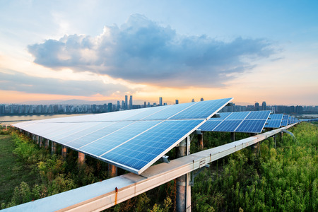 zonnepanelen met stadsgezicht van singapore Stockfoto