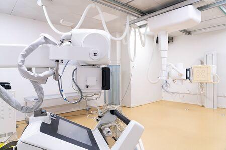Máquina de rayos X con panel de control y pantalla de escaneo en clínicas modernas Foto de archivo