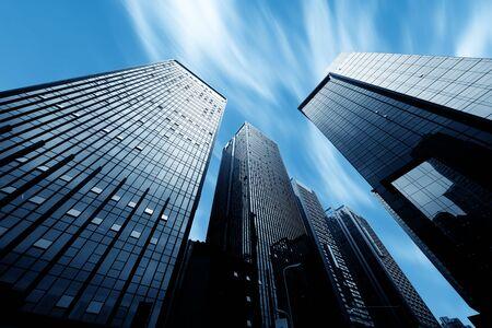 Edificios modernos en el centro y la luz del sol azul