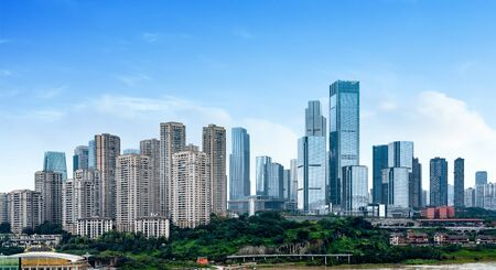 Parks und dichte moderne Gebäude, Jiangbei New City, Chongqing, China. Standard-Bild