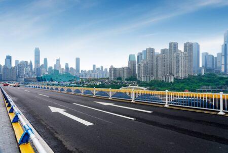 Expressway in front of the city skyline, Chongqing, China. 版權商用圖片