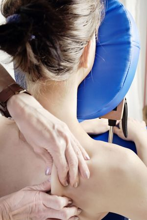 massaggio collo: Donna ottiene un massaggio profondo del tessuto  Archivio Fotografico