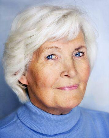 old dame: Senior signora ritratto in blu pullover Archivio Fotografico
