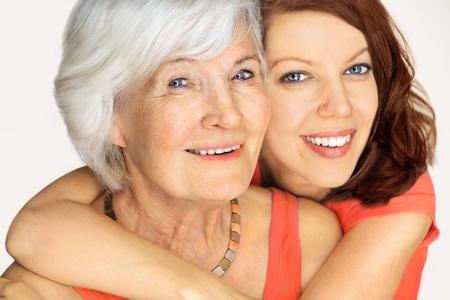arrugas: Retrato de la abuela y la nieta, se abrazaron en el fondo blanco