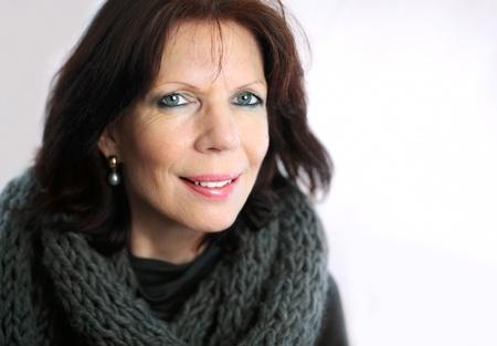 sch�ne frauen: �ltere Frau Portr�t mit einem Loop Schal auf hellem Hintergrund
