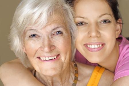 great grandmother: Retrato de la abuela y nieta, abrazada, con una gran sonrisa Foto de archivo