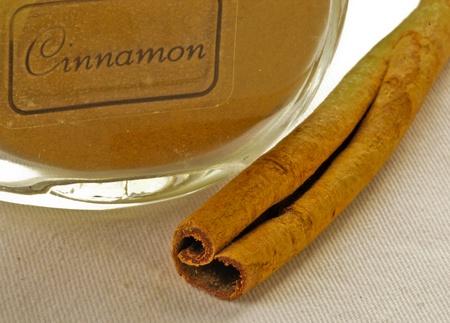 cinnimon: cinamon ground in jar with cinamon sick