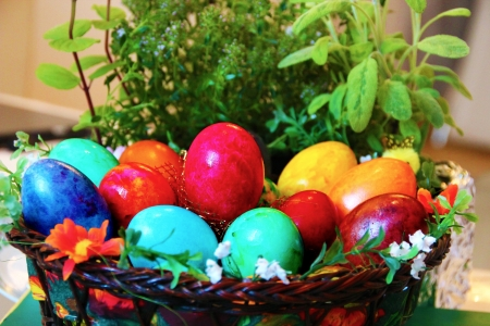 ortodox: A basket with Easter eggs in Sofia, Bulgaria  Colouring eggs for the Easter holidays is a popular christian Ortodox tradition Stock Photo