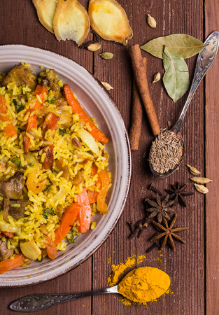 arroces: Biryani indio con pollo y especias en un estilo tradicional