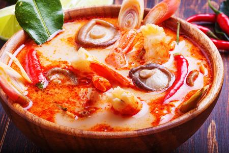 새우와 버섯 태국 톰 얌 수프, 라임과 쌀을 역임 스톡 콘텐츠