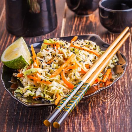 comidas saludables: Ensalada de repollo y zanahorias en el estilo asiático.
