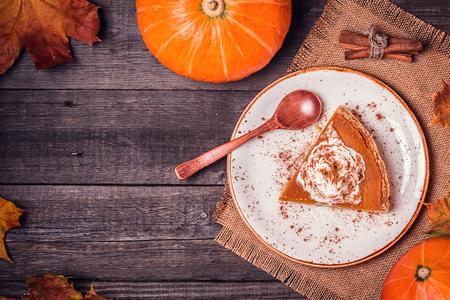 plato de comida: Hecho en casa pastel de calabaza de acci�n de gracias. Vista superior.