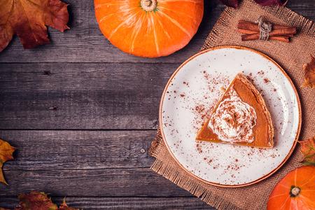 Zelfgemaakte pompoentaart voor Thanksgiving. Bovenaanzicht.