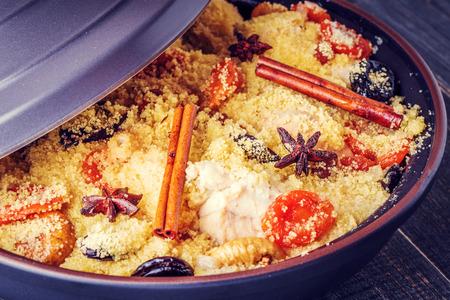 말린 과일과 향신료, 선택적 포커스와 닭고기의 전통적인 모로코 tajine.