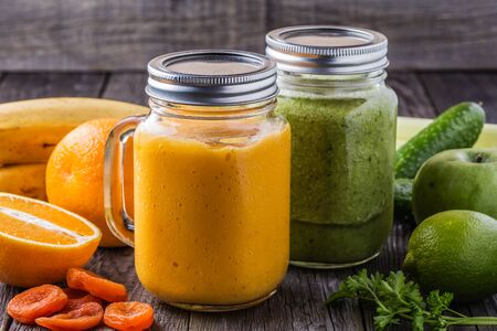 verre de jus d orange: Smoothie m�lang� avec des ingr�dients, mise au point s�lective.